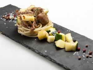 Presentación de pasta con xata roxa y verduras