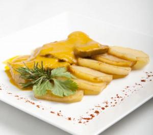 Lengua en salsa con puré de manzana y patata