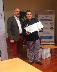 Adrián Marín recibiendo su premio