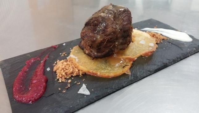 Medallón de morcillo de manzana con frutos rojos y queso Xata Roxa sobre crujiente